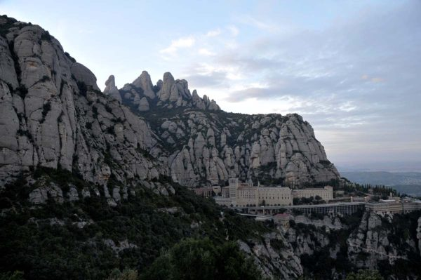Panoramica del monasterio de Montserrat desde la el camino a la Cruz de San Miguel, en el Parque Natural de Montserrat Foto: Rosmi Duaso